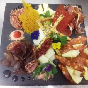 antipasto platou cu mezeluri si branzeturi italienesti k10 restaurant satu mare