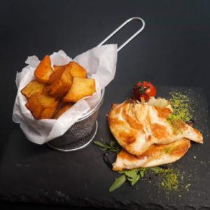 Piept de pui la grătar cu cartofi aurii