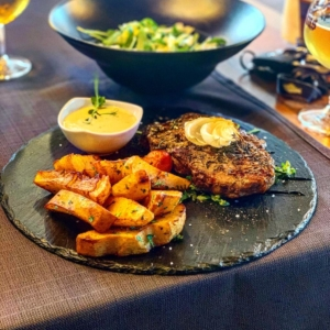 rybeye steak cu cartof copt si sos gorgonzola k10 restaurant satu mare