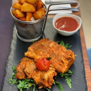 scarita de porc cu cartofi aurii si sos rosu de coniac